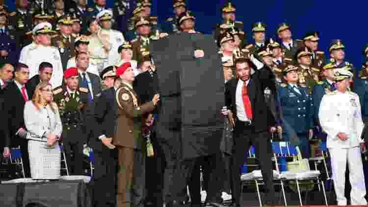 Agentes de segurança protegem Maduro de uma suposta tentativa de atentado em agosto de 2018 - Xinhua/Str