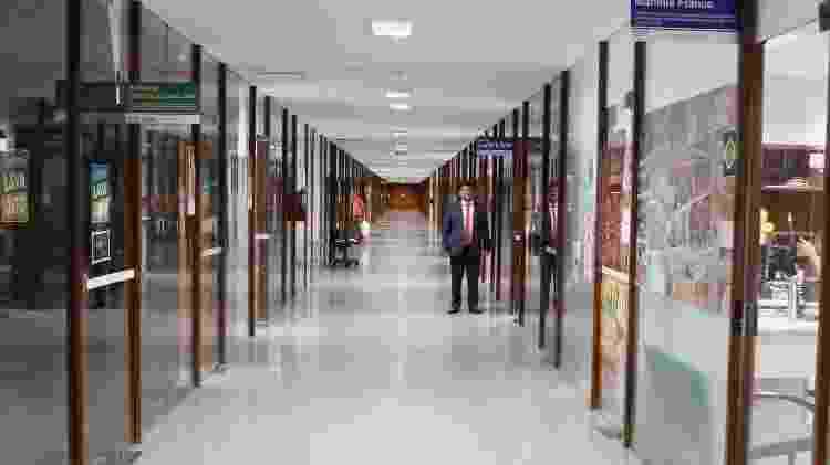 Administração da Câmara diz que placas irregulares colocam pessoas em risco e dão informação errada sobre salas e corredores - Richard Silva/PCdoB