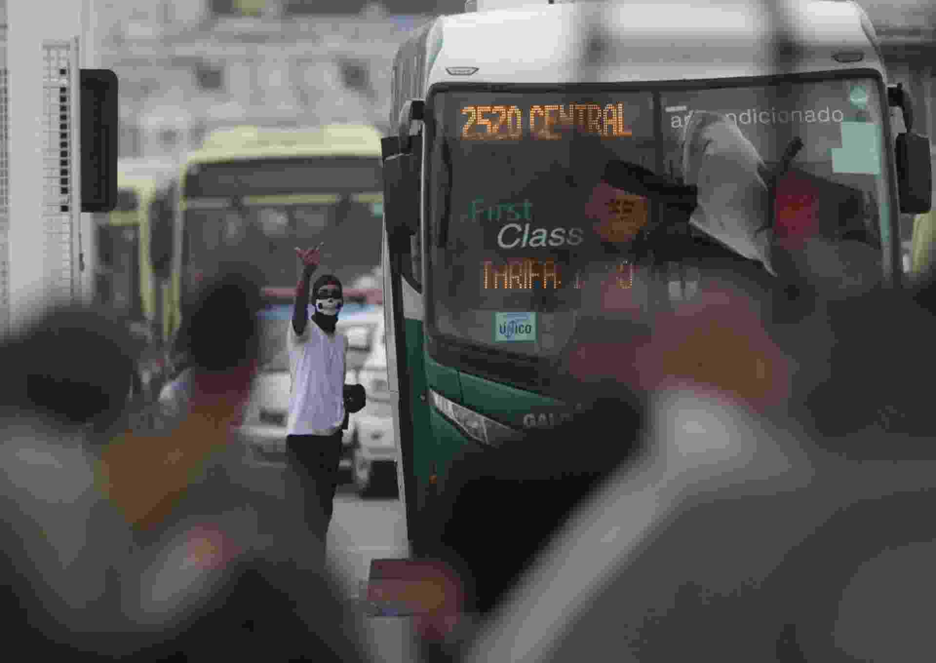 Sequestro a ônibus da viação Galo Branco na ponte Rio-Niterói chegou ao fim por volta das 9h desta terça-feira. O homem foi atingido por atiradores de elite da PM - Ricardo Cassiano/Ag. O Dia/Estadão Conteúdo