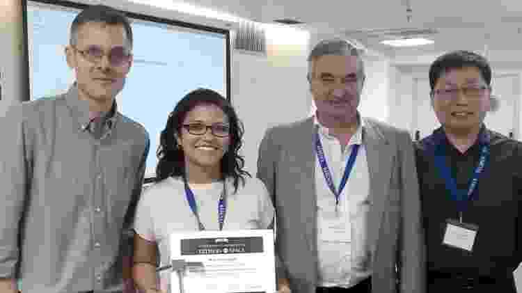 A pesquisadora Alessandra Ferreira ao lado de membros do concurso Tether in Space 2019 - Arquivo pessoal