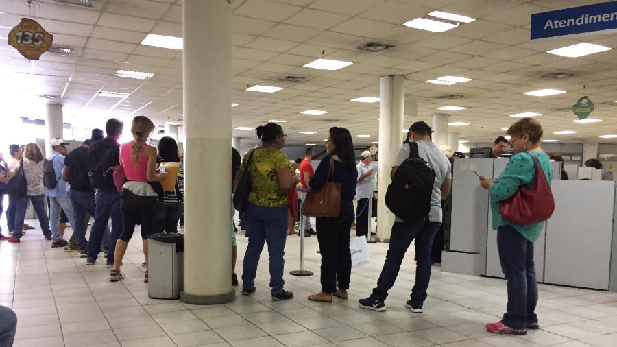 Fila de triagem na agência do INSS, em Pinheiros, em São Paulo - Lucas Borges Teixeira/UOL