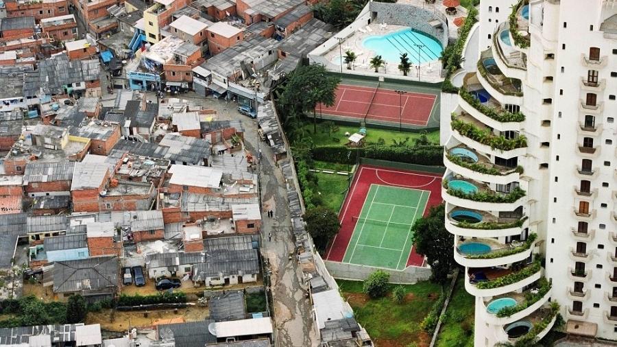 Símbolo da desigualdade: imagem mostra contraste entre Paraisópolis e prédio de luxo do Morumbi - Tuca Vieira