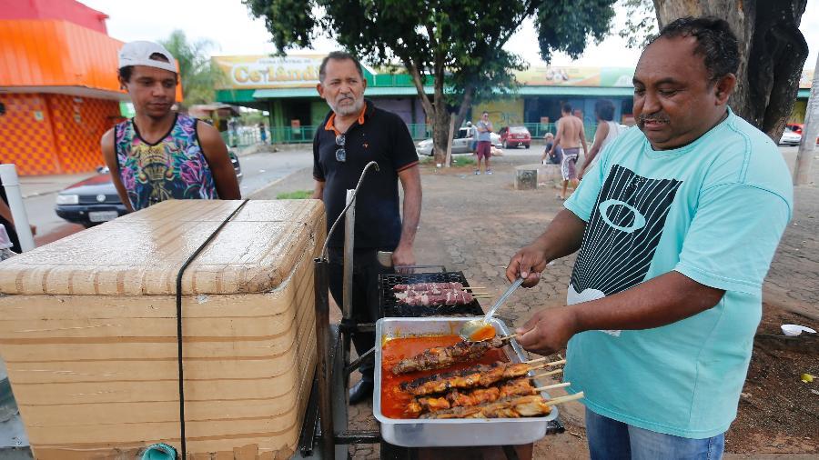 07.abr.2020 - O vendedor Edvaldo de Almeida trabalha nas ruas do Distrito Federal - Dida Sampaio/Estadão Conteúdo