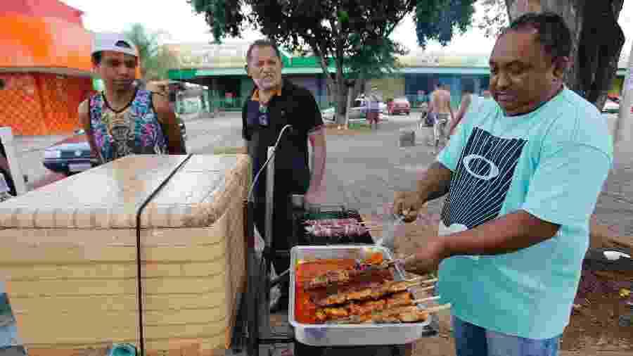 07.abr.2020 - Vendedor Edvaldo segue com suas atividades mesmo após a proibição de setores do comércio no Distrito Federal - Dida Sampaio/Estadão Conteúdo