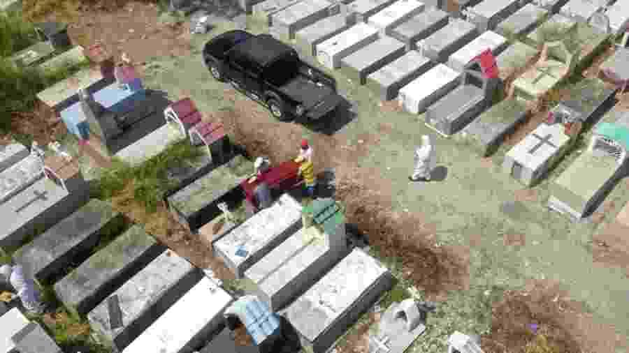 12.abr.2020 - Vista aérea de trabalhadores enterrando um caixão no cemitério Maria Canals, nos arredores de Guayaquil, Equador - Jose Sánchez/AFP