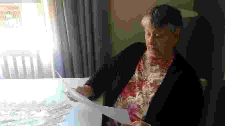A aposentada Edna das Neves observa seus exames. Ela ficou sem hidroxicloroquina para tratar artrite e artrose - Arquivo Pessoal