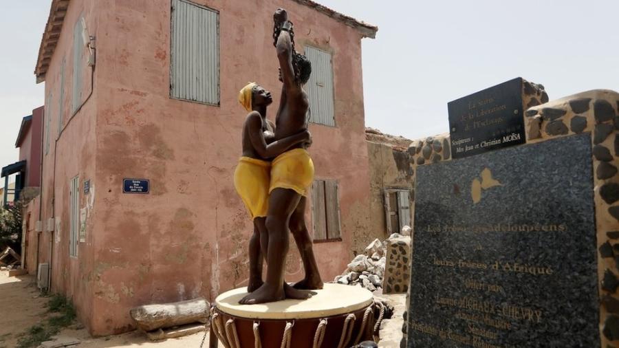 Mais de 12 milhões de africanos foram transportados à força de um lado ao outro do Atlântico para trabalhar como escravos nas Américas - Reuters/BBC
