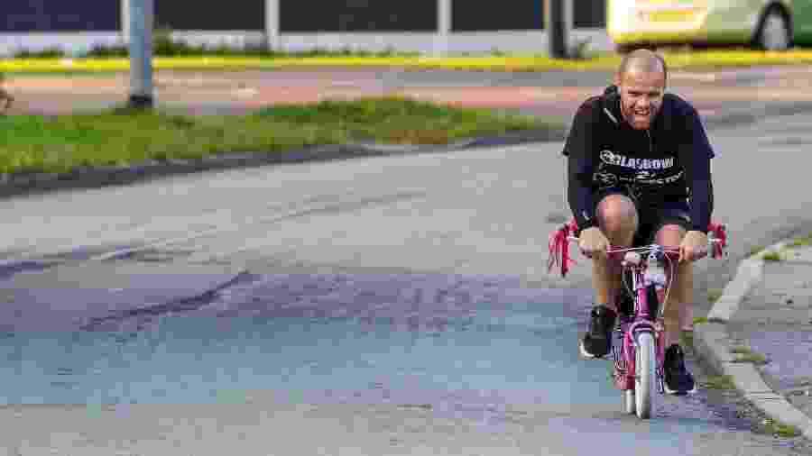 Wesley Hamnett fez percurso de 300 km com bicicleta minúscula - Reprodução/Twitter