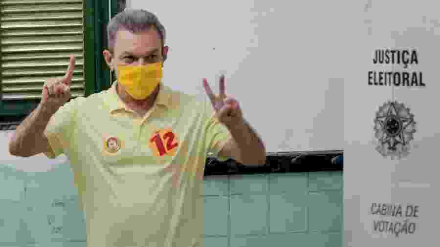 José Sarto (PDT) durante votação no segundo turno em Fortaleza, onde foi eleito - JOÃO DIJORGE/PHOTOPRESS/ESTADÃO CONTEÚDO