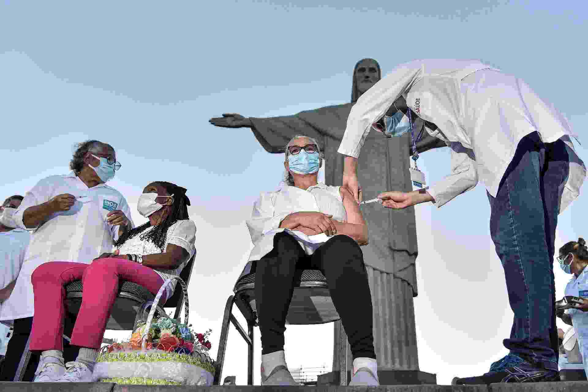 18.jan.2021 - Terezinha da Conceição, 80, e Dulcineia da Silva, 59, receberam a primeira dose da CoronaVac no Cristo Redentor - Thiago Ribeiro/Estadão Conteúdo