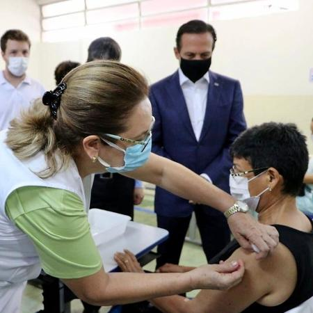 17.fev.2021 - Profissional de saúde aplica vacina contra o coronavírus no primeiro dia de vacinação em massa em Serrana (SP) - Divulgação/Governo de SP