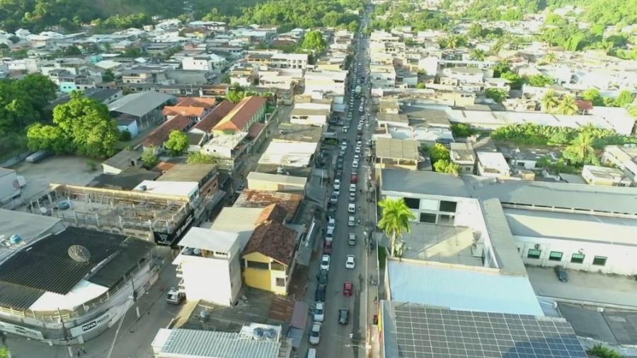 Carros de diversas cidades foram buscar vacinação em Duque de Caxias - Reprodução/ TV Globo