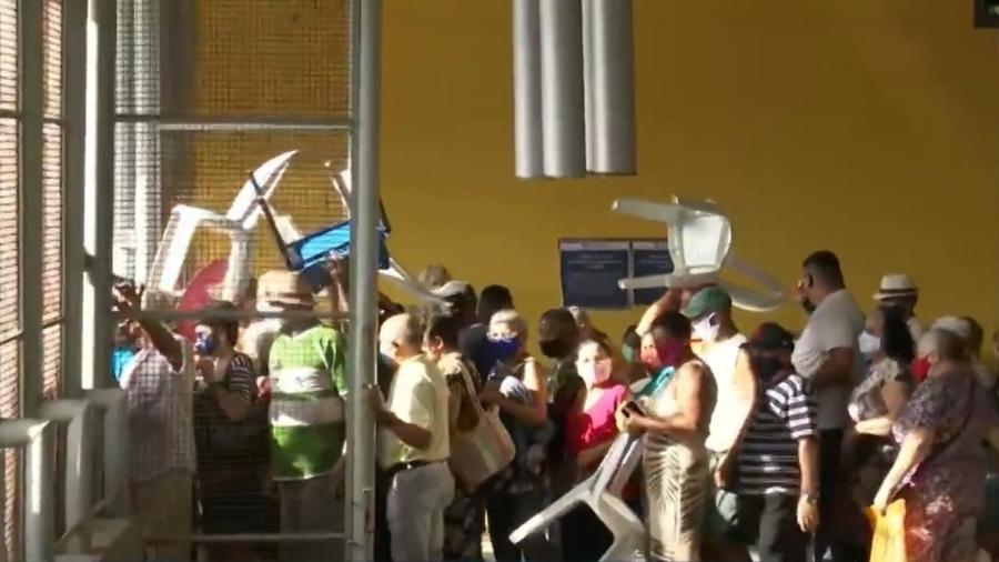 Idosos se aglomeram antes do início da vacinação contra a covid-19 no Espaço Cultural José Lins do Rêgo - Reprodução/TV Globo