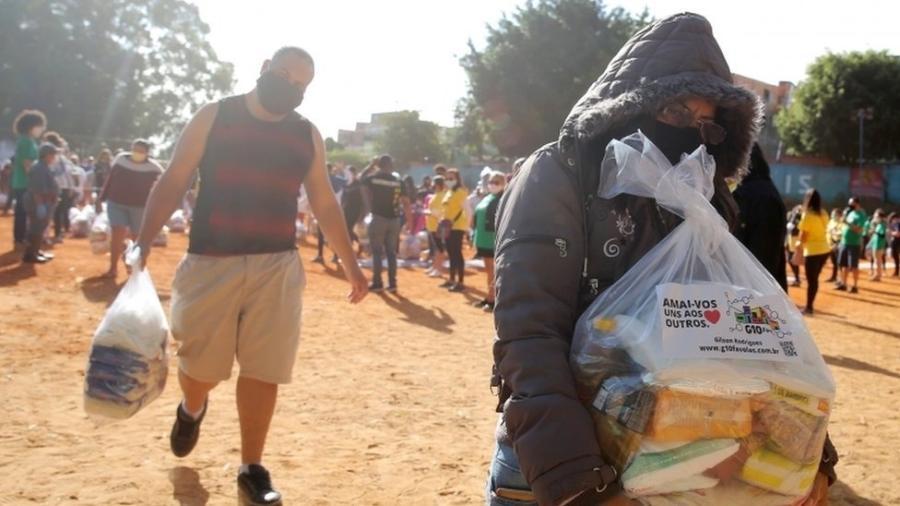 Moradores da favela de Paraisópolis recebem cestas básicas doadas durante a pandemia - Reuters