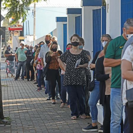 População da cidade de Botucatu em campanha de vacinação em massa contra a covid-19 - 16.mai.2021 - Célio Messias/Estadão Conteúdo