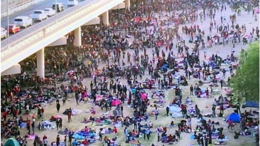 Milhares de imigrantes acamparam embaixo de uma ponte nos EUA - Reprodução: Twitter
