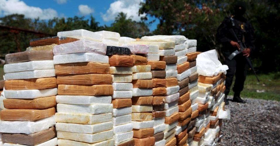 16.abr.2015 - Policial ao lado de 1.300 kg de cocaína apreendidos em Santo Domingo, na República Dominicana