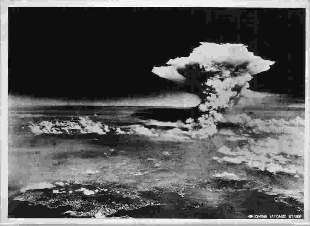 29.jul.2015 - Militares dos Estados Unidos fotografam momento da explosão da bomba atômica em Hiroshima, no Japão, em 6 de agosto de 1945. Eram 8h15 da manhã quando os habitantes da cidade japonesa de Hiroshima viram um enorme clarão seguido de um colossal estrondo. Pela primeira vez, uma bomba de fissão nuclear era usada numa guerra contra uma população civil. O bombardeio matou instantaneamente cerca de 80 mil pessoas - EFE