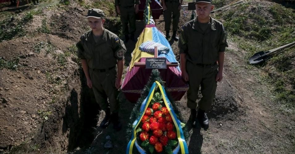 7.ago.2015 - Soldados participam de um funeral em massa para enterrar 57 membros não identificados das forças militares ucranianas, mortos em confrontos nas regiões orientais em Zaporizhia, Ucrânia