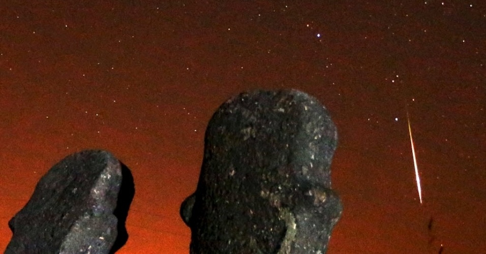 13.ago.2015 - Meteoros iluminam o céu durante a chuva Perseidas no sítio arqueológico de Maculje, na Bósnia. O evento ocorre anualmente e tem este nome por ser avistado da Terra próximo da constelação de Perseu