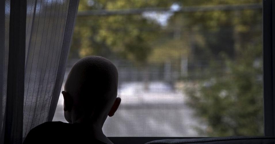 30.set.2015 - Garoto está entre os albinos resgatados da Tanzânia, onde há quem acredite que as partes do corpo de albinos são valiosas para rituais de feitiçaria e as vendam por preços altos. Alguns acreditam até que os membros são mais potentes e valiosos se a vítima gritar durante a amputação, de acordo com relatórios da ONU (Organização das Nações Unidas). A imagem é do dia 21 de setembro e foi divulgada nesta quarta-feira (30)