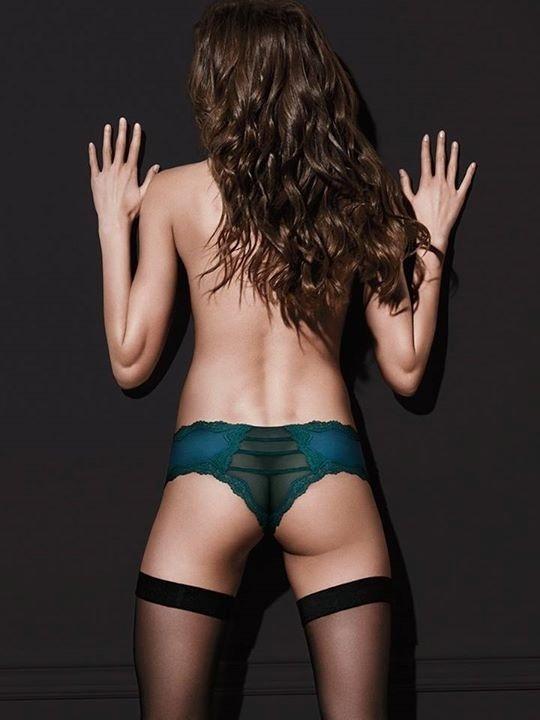 A marca de roupas íntimas Victroria's Secret exagerou no Photoshop e deixou a modelo na foto sem bumbum
