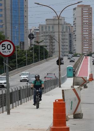 Obras na ciclovia no Viaduto Antártica, que liga a Barra Funda à avenida Sumaré, na zona oeste de São Paulo