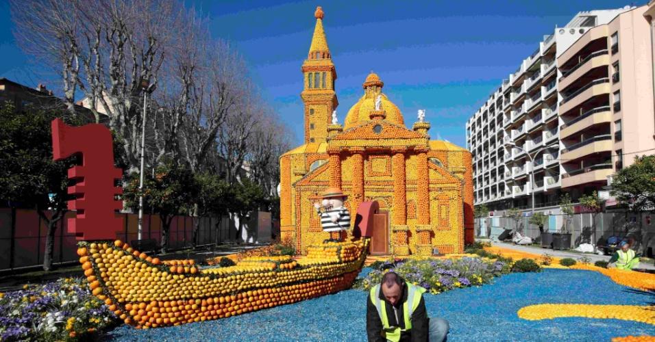 10.jan.2016 - Você já pensou em esculturas feitas de laranjas e limões? Pois o resultado pode ser mais perfeito do que você imagina, como visto na foto acima de um palácio veneziano com uma gôndola à frente, que mostra uma cena do filme 'Morte em Veneza'