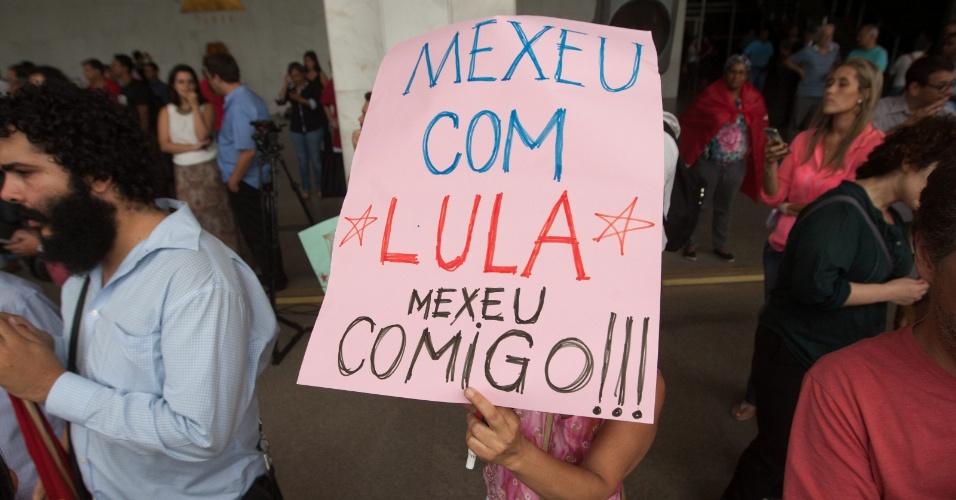 """4.mar.2016 - Em Belo Horizonte (MG), uma manifestante exibe o cartaz """"mexeu com Lula, mexeu comigo"""". Protesto a favor do ex-presidente, investigado na 24ª fase da Operação Lava Jato, ocorre no pátio da Assembleia Legislativa de Belo Horizonte e conta com integrantes da CUT (Central Única dos Trabalhadores), além de militantes do PT e PCdoB"""