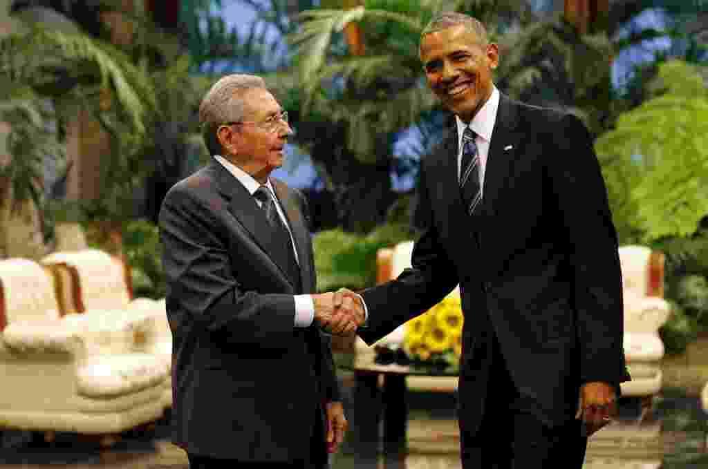 21.mar.2016 - O presidente dos EUA, Barack Obama (esq), e o líder de Cuba, Raúl Castro (dir), dão entrevista à imprensa em Havana, Cuba. O líder cubano afirmou que o embargo americano a Cuba continua sendo o maior obstáculo à total retomada das relações entre os países - Cubadebate/ Xinhua