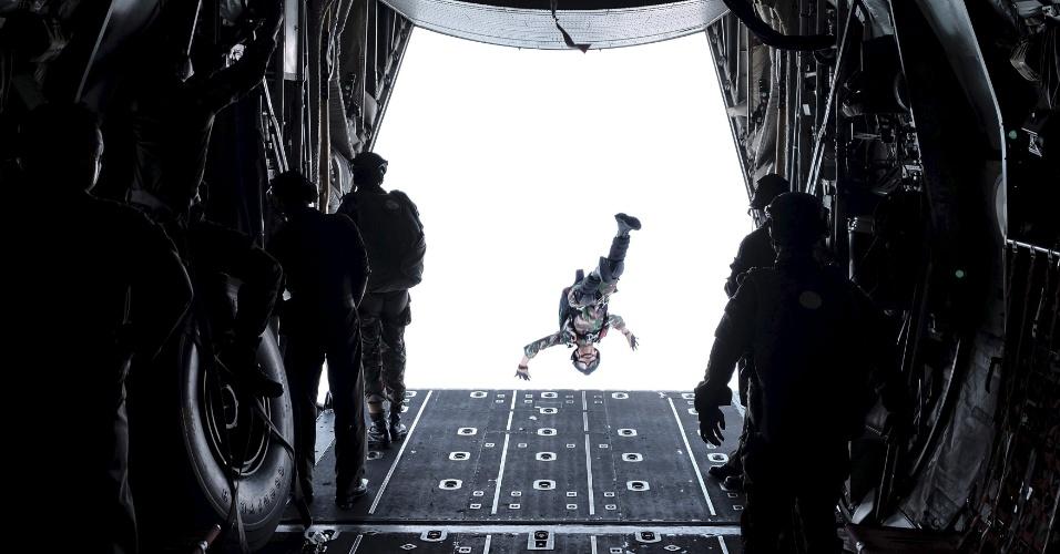13.abr.2016 - Soldado do Exército Nacional da Indonésia salta para fora da parte traseira de avião da Força Aérea durante treinamento de paraquedas na cidade de Tarakan