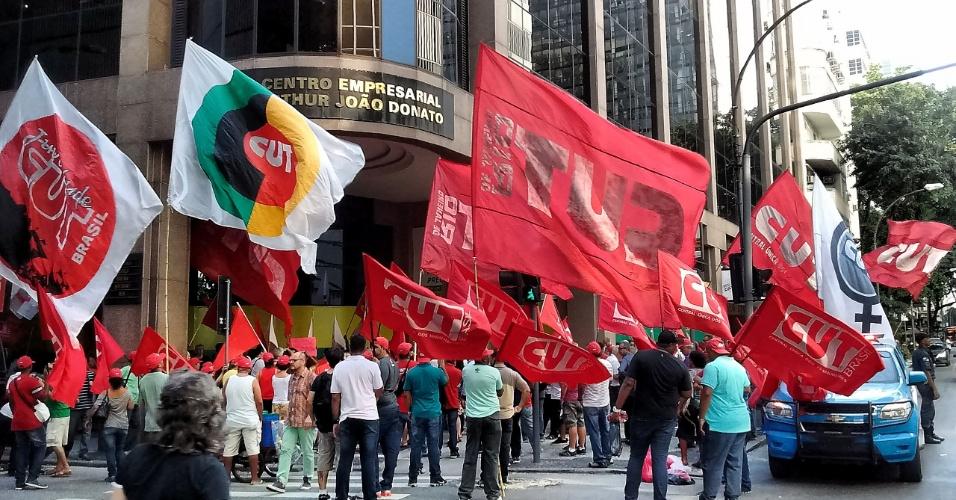 15.abr.2016 - Grupo de sindicalistas contra o impeachment da presidente Dilma Rousseff protesta em frente à sede da Firjan (Federação das Indústrias do Estado do Rio de Janeiro), no centro do Rio