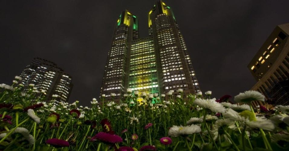 27.abr.2016 - O prédio da autoridade municipal de Tóquio é iluminado com as cores verde e amarela, da bandeira brasileira, para celebrar os 100 dias para o início das Olimpíadas do Rio de Janeiro