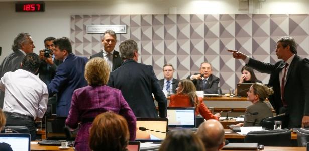 Lindbergh Farias (PT-RJ) durante debate na comissão especial do impeachment no Senado