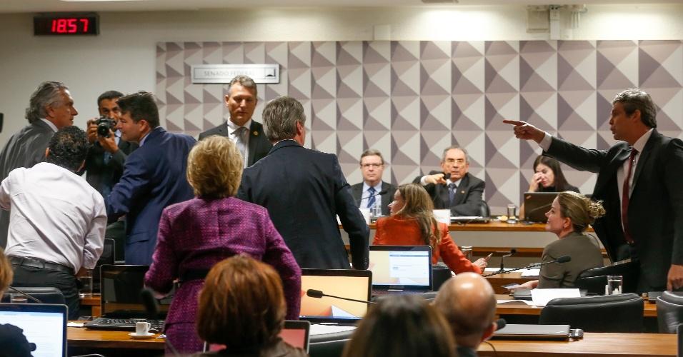 2.mai.2016 - Um debate acalorado entre os senadores Ronaldo Caiado (DEM-GO) (na ponta esq.) e Lindbergh Farias (PT-RJ) levou o presidente da comissão especial do impeachment no Senado, Raimundo Lira (PMDB-PB), a suspender a reunião por alguns minutos