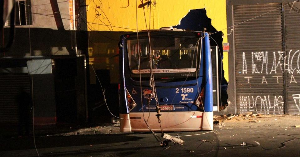 5.mai.2016 - Motorista invade com ônibus uma oficina mecânica na zona norte de São Paulo após furto do veículo. O açougueiro Júlio Cesar Pereira, 29, foi preso pela PM após roubar o ônibus e provocar uma série de acidentes. Segundo a SPTrans, Pereira era perseguido por outro motorista quando bateu em ao menos dois veículos, atingiu um outro ônibus, bateu em um poste e em seguida invadiu a auto elétrica