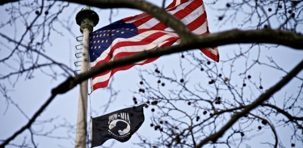 """Bandeira preta de """"prisioneiros de guerra/desaparecido em ação"""" tremula ao lado da americana"""