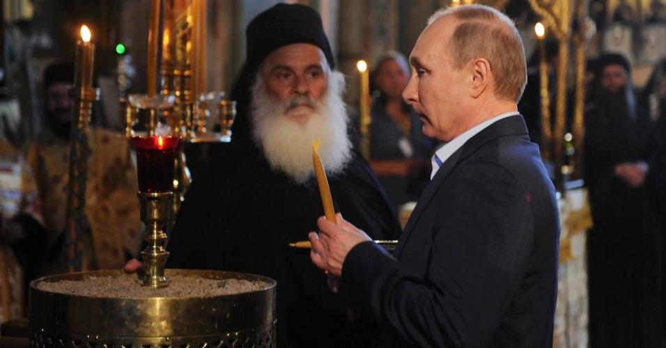 28.mai.2016 - O presidente da Rússia Vladimir Putin acende uma vela na igreja de Protaton, na península grega de Monte Atos, centro administrativo da Igreja Ortodoxa Grega