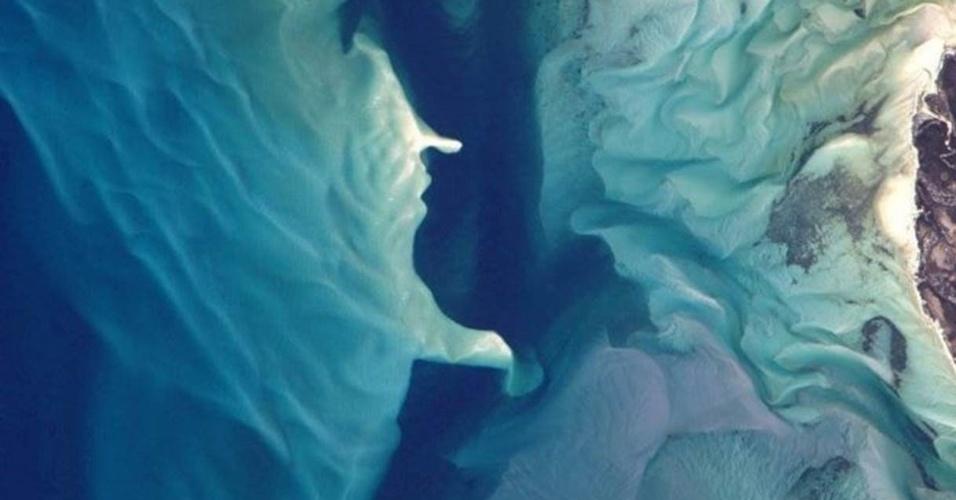 10.jun.2016 - Durante a expedição, os astronautas buscam analisar os efeitos nos músculos e no esqueleto humano de um voo espacial. Eles também aproveitam para testar recém-lançados equipamentos de tamanho reduzido para fazer exercício. A imagem mostra os arrecifes de coral azul de Moçambique, no oceano Índico