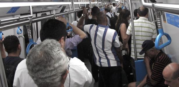 Passageiros se preparam para desembarcar no primeiro dia de circulação da linha 4 do metrô carioca. Usuários ouvidos pela reportagem do UOL elogiaram o serviço