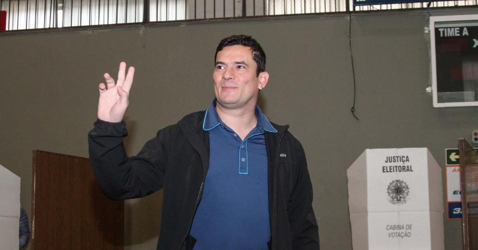 """2.out.2016 - Recebido com uma discreta salva de palmas, o juiz federal Sérgio Moro votou às 10h30 no Clube Duque de Caxias, em Curitiba. Acompanhado por apenas um segurança, Moro não deu entrevista, nem foi abordado por eleitores --apenas trocou poucas palavras com uma mulher que aguardava antes dele para registrar o voto na sessão 464. Perguntado por jornalistas em quem votaria, sorriu e respondeu que """"o voto é secreto"""""""