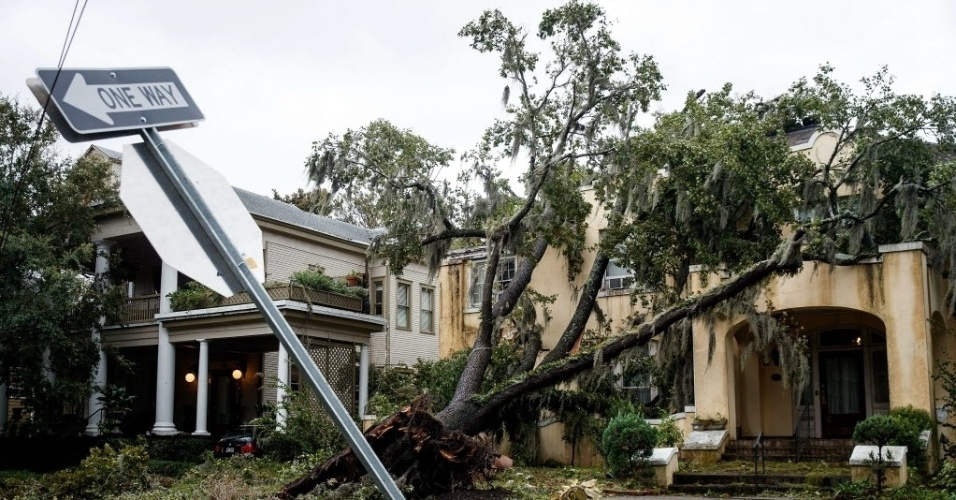 8.out.2016 - Casa é atingida por árvore que caiu durante a passagem do furacão Matthew em Savannah, na Geórgia (EUA). Mais de 1,4 milhão de pessoas estão sem energia elétrica