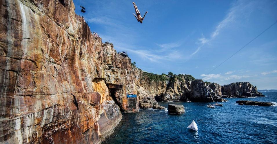 15.out.2016 - Homem pula de plataforma em penhasco de 28 metros durante primeiro dia de competição da oitava etapa de competição de queda livre Red Bull, em Shirahama, no Japão