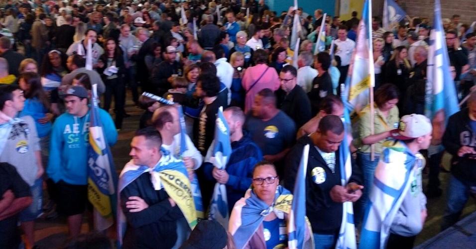 30.out.2016 - Comitê e eleitores de Paulo Serra (PSDB) fazem festa em escola de samba em Santo André