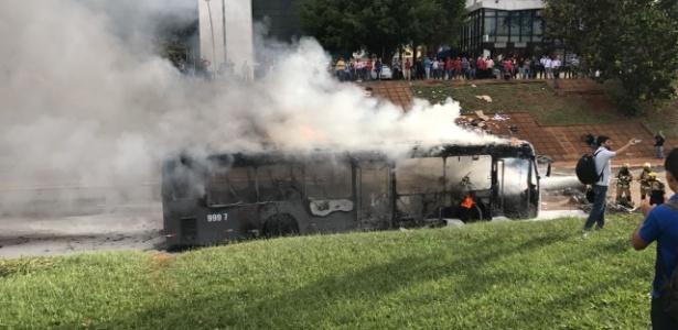 Ônibus é incendiado em Brasília durante protesto contra PEC 55 - Divulgação/Polícia Militar