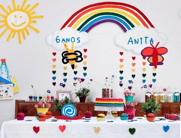 A Bololofos cria bonecos inspirados em desenhos de crianças. Na foto, decoração de festa feita com personagem criado pela criança