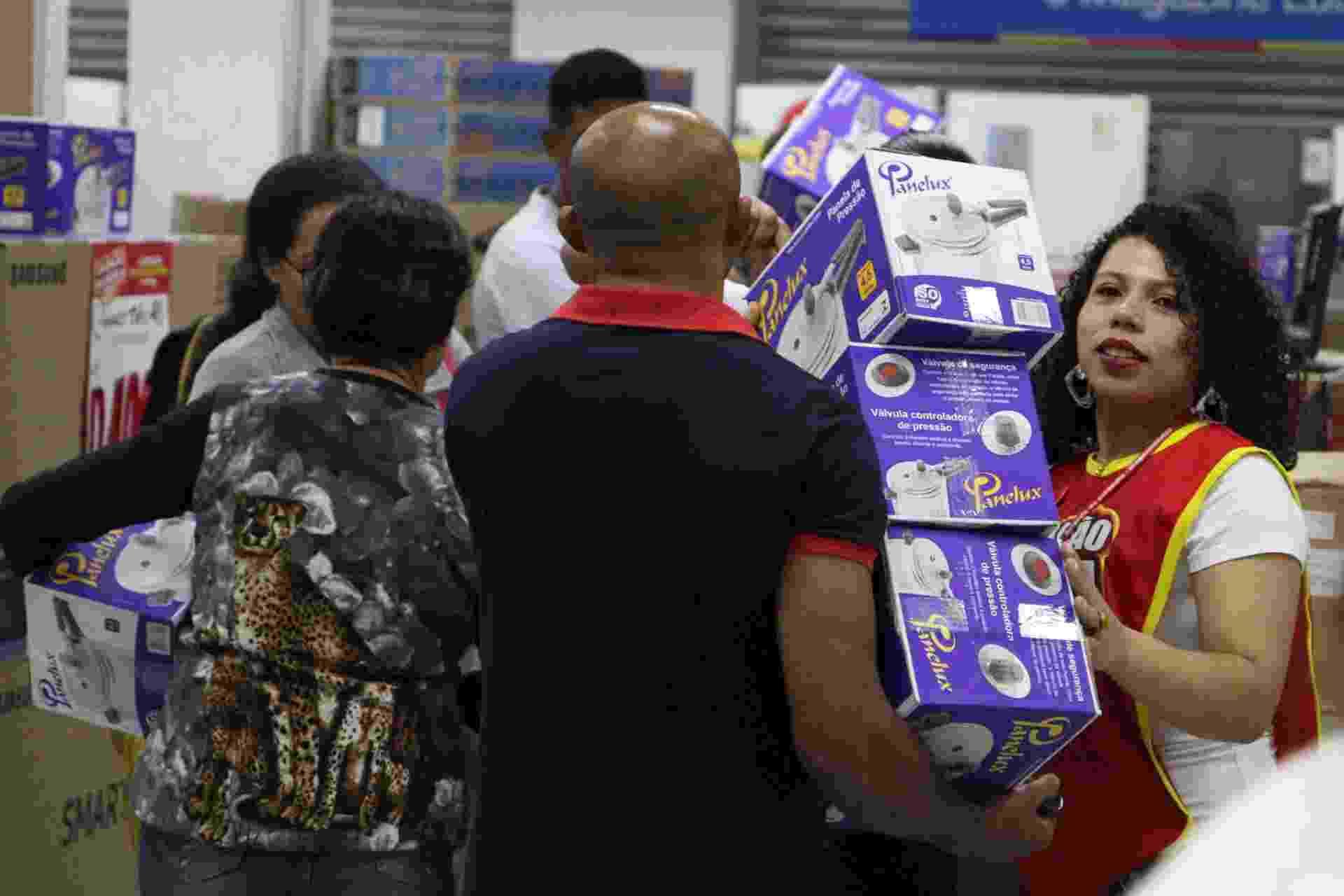 Ação da rede de departamentos Magazine Luiza acontece simultaneamente nas 791 lojas da rede, em 16 Estados do pais, e promete descontos que podem chegar a 70%. Em Campinas, interior de São Paulo, houve uma grande fila e os consumidores realizam as compras. O PROCON também esteve acompanhando as vendas - Luciano Claudino/Estadão Conteúdo
