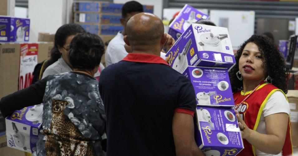 Ação da rede de departamentos Magazine Luiza acontece simultaneamente nas 791 lojas da rede, em 16 Estados do pais, e promete descontos que podem chegar a 70%. Em Campinas, interior de São Paulo, houve uma grande fila e os consumidores realizam as compras. O PROCON também esteve acompanhando as vendas