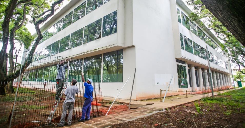 Grades são erguidas ao redor do prédio da reitoria da USP, no campus Butantã