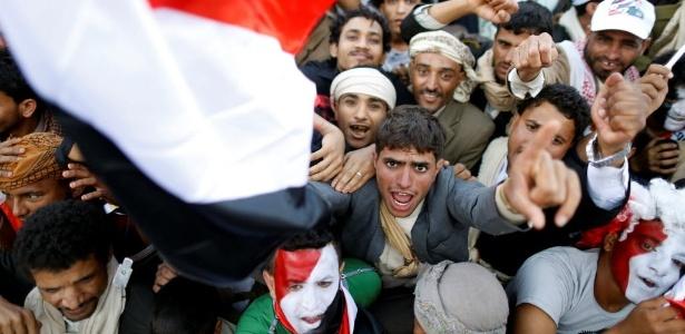 Manifestantes se reúnem em Sanaa durante protesto neste domingo